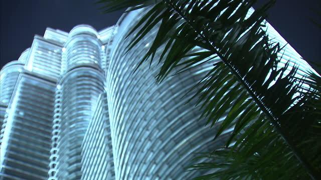 vídeos de stock, filmes e b-roll de night shots of the petronas towers lit up and surrounding fountains on march 17 2014 in kuala lumpar malaysia - torres petronas