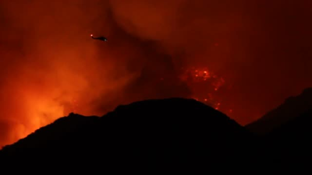 "night shots of the ""sand fire"" brush fire in santa clarita. - santa clarita stock videos & royalty-free footage"