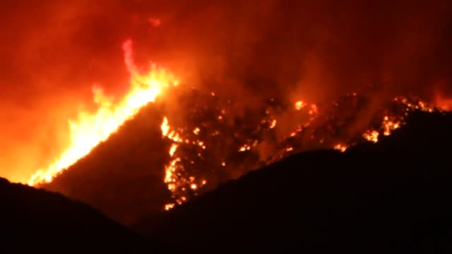 night shots of the sand fire brush fire in santa clarita - santa clarita video stock e b–roll