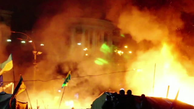 night shots of violent clashes between riot police and anti-government protesters in kiev's independence square - february 18, 2014 - ウクライナ点の映像素材/bロール