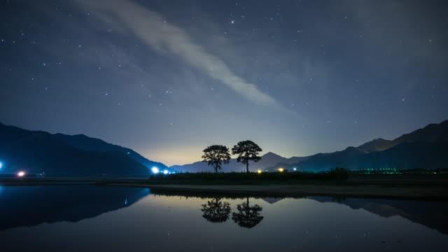 night sky and 'bubusonamu' (couple pine trees) / pyeongsari-gil, agyang-myeon, hadong-gun, gyeongsangnam-do, south korea - pinacee video stock e b–roll