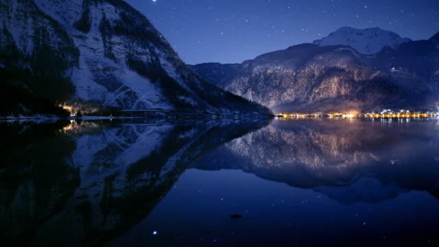 night sky and stars above hallstatt - dorf stock-videos und b-roll-filmmaterial