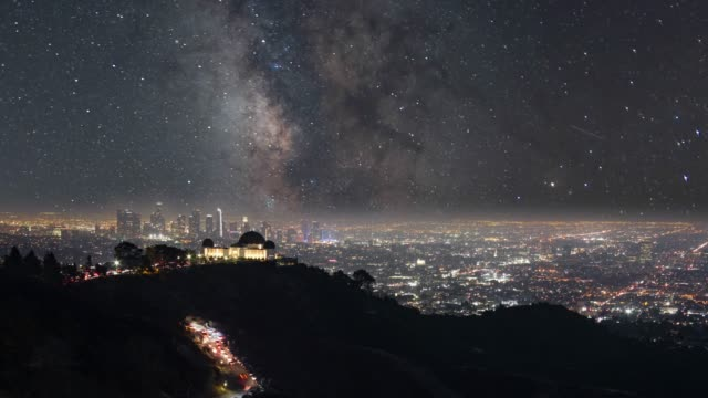 night sky milky way over griffith observatory an city of los angeles - paesaggi video stock e b–roll