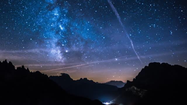 vídeos de stock e filmes b-roll de night sky over mountain range - meteoro