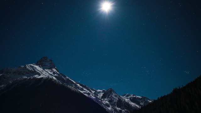 night sky over mountains. 4k uhd time lapse. - navy blue stock videos & royalty-free footage