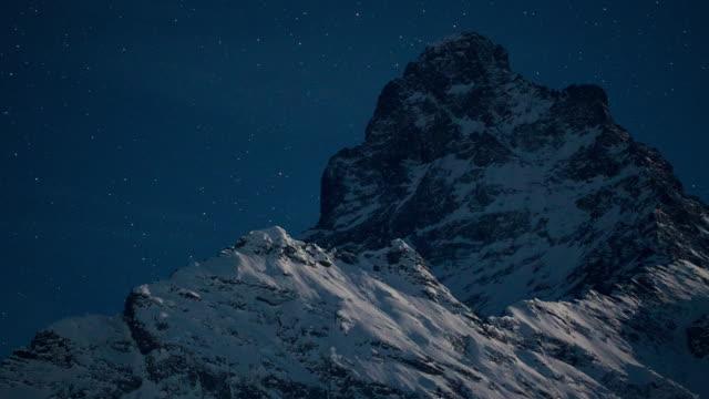 vídeos y material grabado en eventos de stock de cielo nocturno sobre las montañas. 4k uhd lapso de tiempo. - azul oscuro