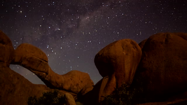 t/l ws night sky over the arch at spitzkoppe - rock formation stock videos & royalty-free footage