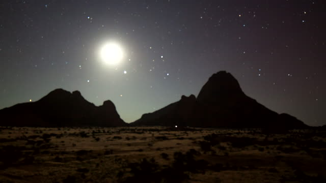 t/l ws night sky over the spitzkoppe - desert stock videos & royalty-free footage