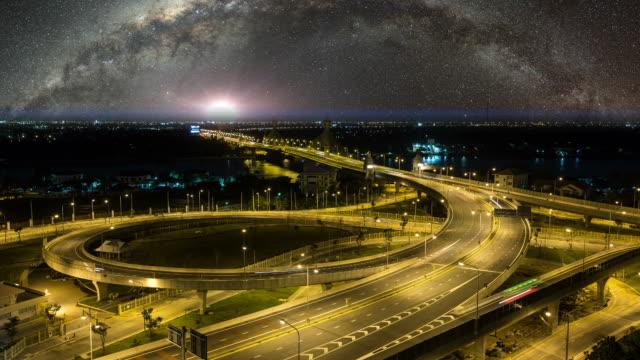 夜の星の chaopraya 川と川橋 - ノンタブリー県点の映像素材/bロール