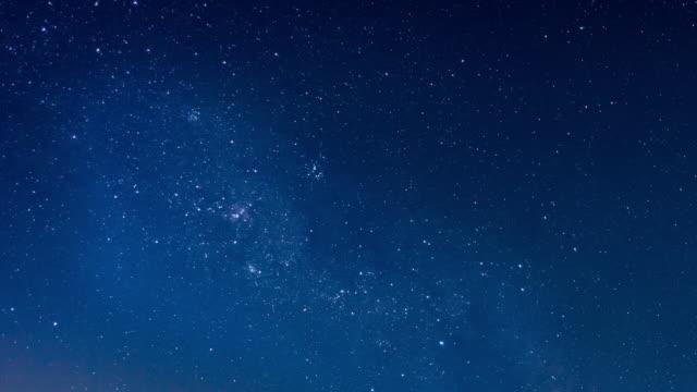 vídeos de stock, filmes e b-roll de lapso de tempo de estrelas à noite - chuva de meteoros