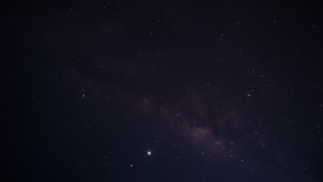 vidéos et rushes de night stars time lapse avec pluie de météores, voie lactée - météore