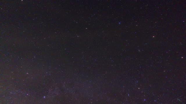 vidéos et rushes de nuit ciel étoilé accélérée avec douche de météorite - météore