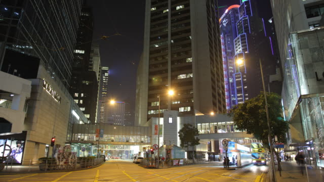 vidéos et rushes de t/l ws night street scene / hong kong, china - ligne de tramway