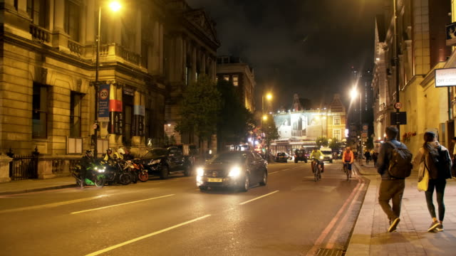 vidéos et rushes de night street scene in london kingsland road - hackney
