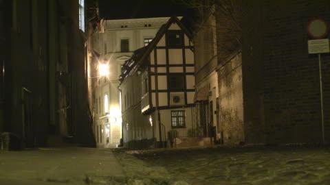 ws night street scene in torun / torun, kujawy-pomerania province, poland  - 路地点の映像素材/bロール