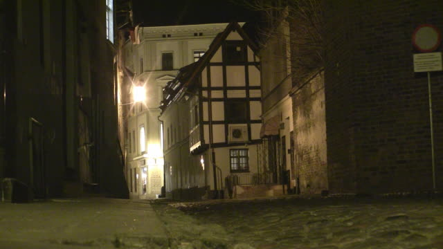 ws night street scene in torun / torun, kujawy-pomerania province, poland  - alley stock videos & royalty-free footage