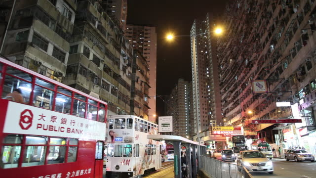 ws night street scene with bus and tram traffic / hong kong, china - 路面軌道点の映像素材/bロール