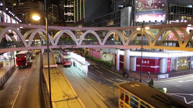 ws ha night street scene with bus and tram traffic / hong kong, china - 路面軌道点の映像素材/bロール