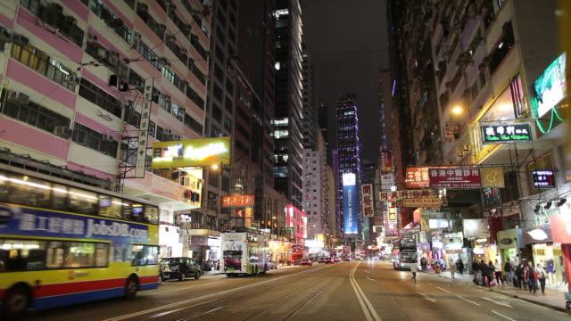 ws night street scene with bus traffic / hong kong, china - butiksskylt bildbanksvideor och videomaterial från bakom kulisserna