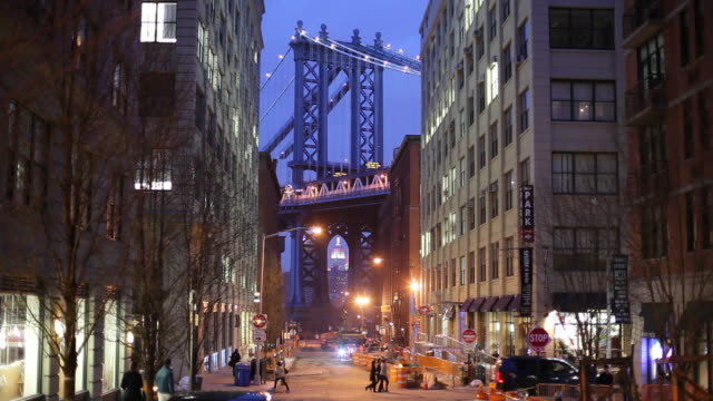 vídeos de stock, filmes e b-roll de ws night street scene with manhattan bridge / dumbo, new york city, usa - brooklyn new york