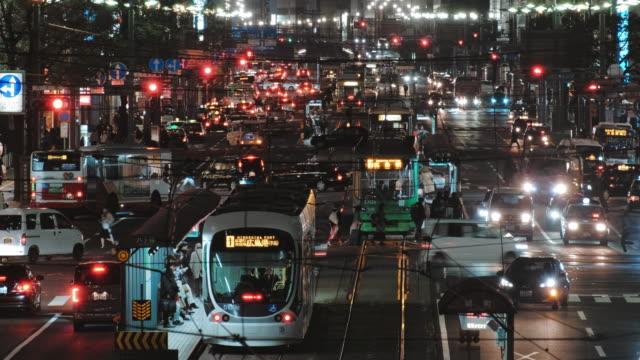 nacht-straßenansicht der straßenbahn in hiroshima innenstadt, hiroshima japan - trolleybus stock-videos und b-roll-filmmaterial