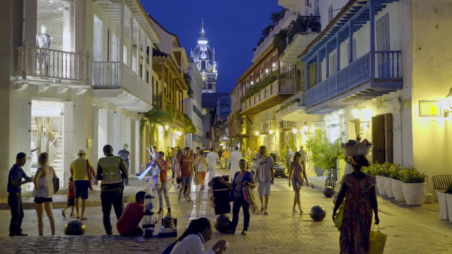 vídeos de stock e filmes b-roll de night streetlife with tourists in cartagena - vida noturna