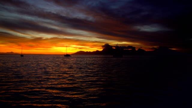 vídeos y material grabado en eventos de stock de night sunset over moorea island from tahiti pacific - polinesio