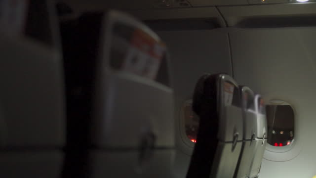 vidéos et rushes de nuit avant de décoller des sièges passagers fenêtres d'avion - intérieur de véhicule