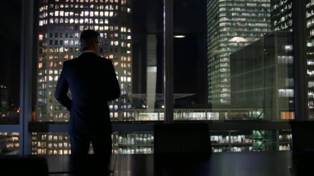 vídeos de stock e filmes b-roll de night time boardroom - sala de conferência