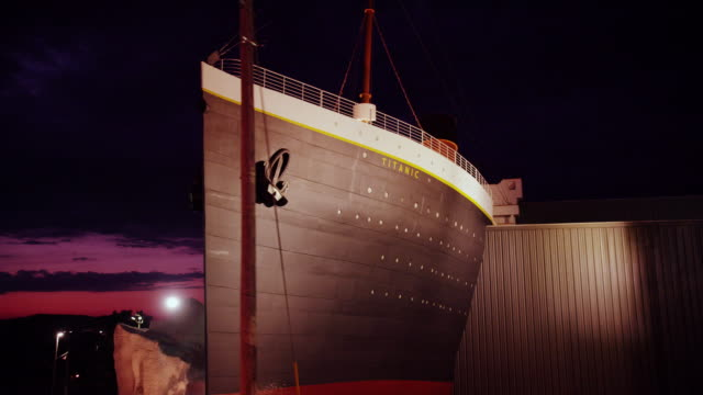 """night time drive-by """"the titanic"""" exhibit and sign - タイタニック号点の映像素材/bロール"""