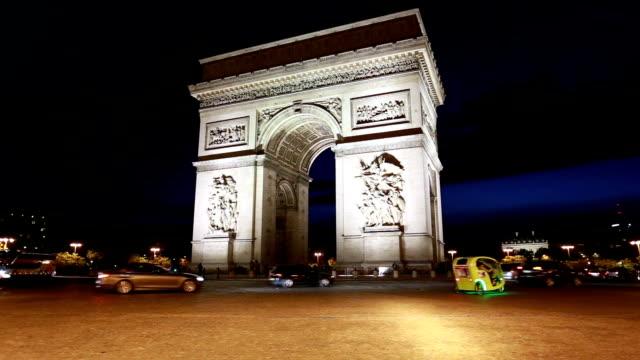 vidéos et rushes de night time lapse in front of the arc de triomphe in paris - arc élément architectural