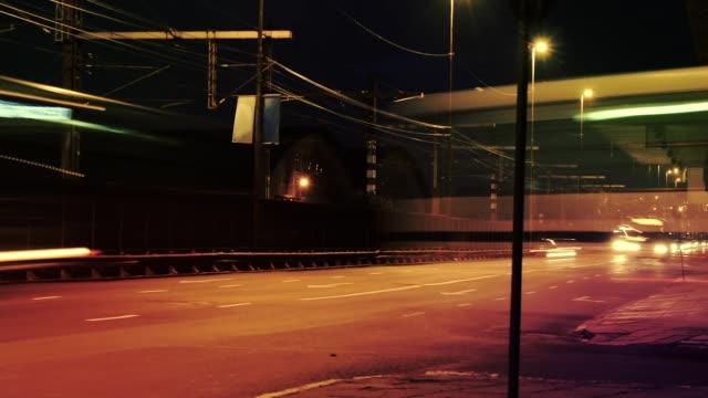 vídeos de stock, filmes e b-roll de lapso de tempo da noite do tráfego de alta velocidade do carro com projetos das luzes - movimento desfocado