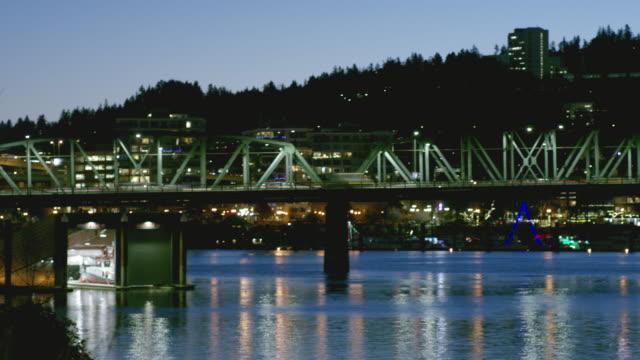 トラフィックを越え、オレゴン州ポートランドの橋の夜時間の経過 - portland oregon点の映像素材/bロール