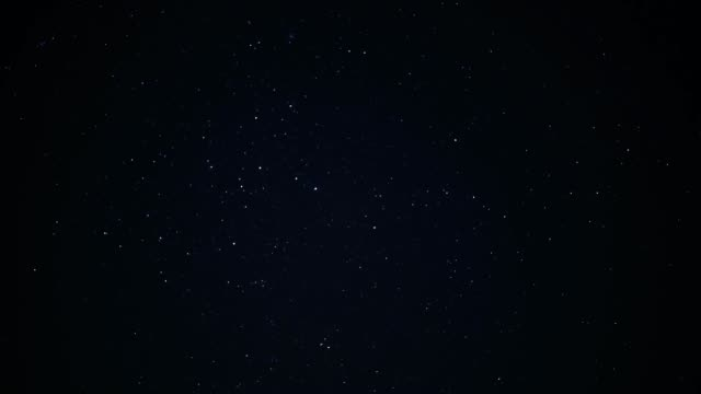 vídeos de stock, filmes e b-roll de noite lapso de tempo céu meteoro - chuva de meteoros