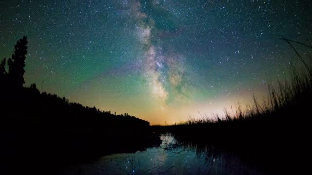 vídeos de stock, filmes e b-roll de tiro de tempo noite de estrelas e a via láctea, refletindo na água - michigan
