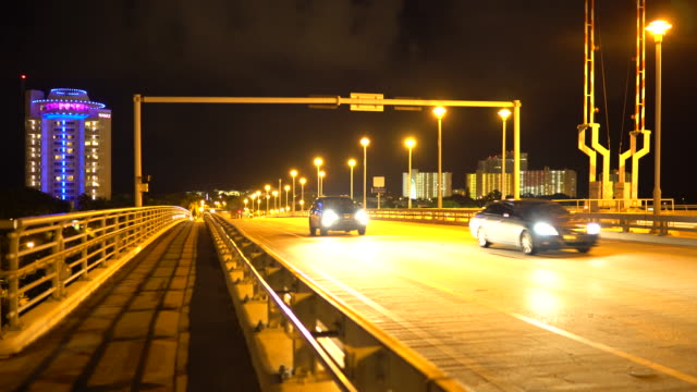 vídeos de stock, filmes e b-roll de night time street scene, fort lauderdale, a1a vehicle traffic - drawbridge