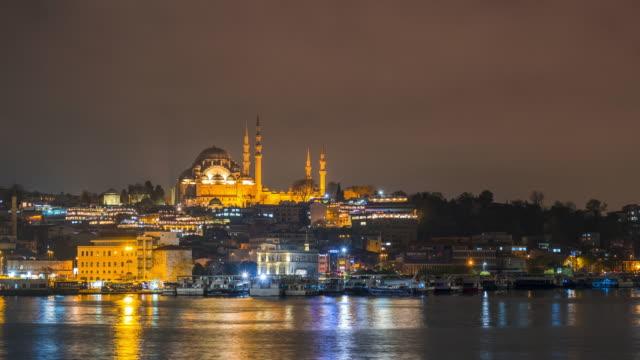 nachtzeitraffer des istanbuler stadtbildes süleymaniye moschee (rustem pasha moschee) mit schwimmenden touristenbooten in bosporus,istanbul türkei - galataturm stock-videos und b-roll-filmmaterial