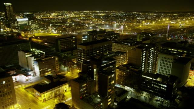 vídeos de stock e filmes b-roll de night time-lapse of wide, high view of downtown johannesburg. - joanesburgo