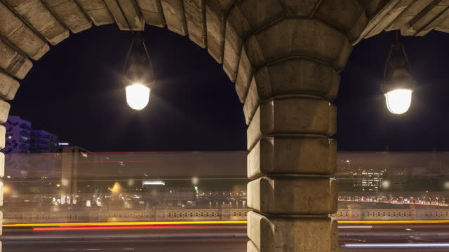 vídeos de stock e filmes b-roll de night to day hyperlapse / time lapse on the bercy bridge in paris - arco caraterística arquitetural
