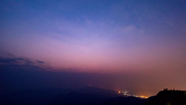 vídeos de stock, filmes e b-roll de noite de dia tiro da via láctea e montanhas - time lapse da noite para o dia