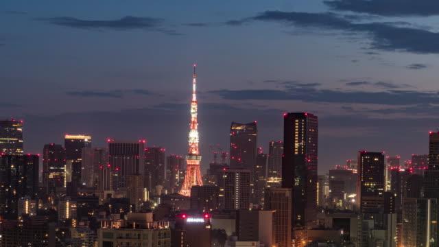 vídeos de stock, filmes e b-roll de lapso do tempo da noite ao dia - vista elevada da skyline de tokyo na noite - câmara parada