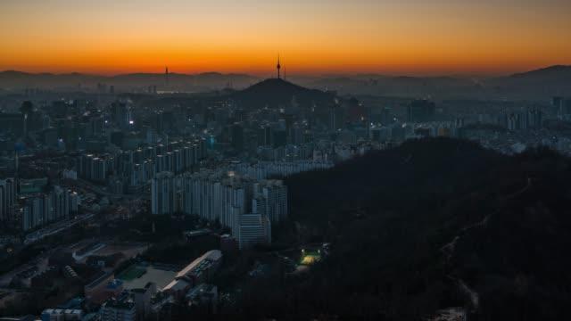 ソウルのダウンタウンのスカイラインの日タイムラプス日の出シーンに夜 - 韓国点の映像素材/bロール