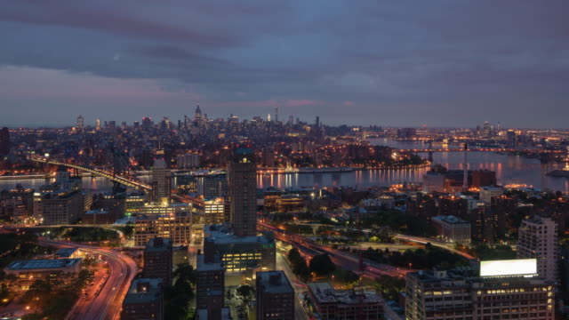 vídeos de stock, filmes e b-roll de night to day transition / sunrise time lapse unique view from a rooftop in downtown brooklyn overlooking the east river showing manhattan skyline including landmarks such as manhattan bridge, williamsburg bridge, empire state building. - williamsburg new york
