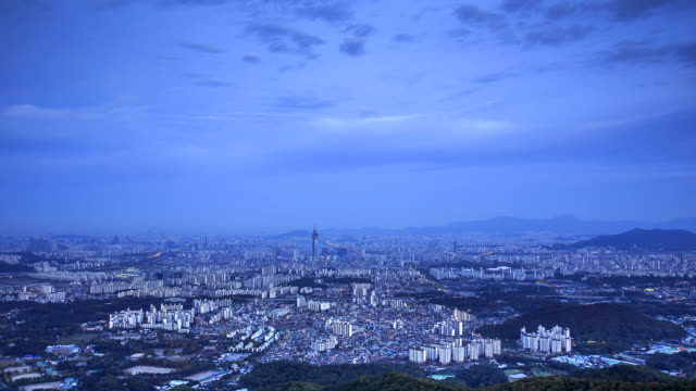 night to day view of the lotte world tower in downtown district and flowing clouds - 韓国点の映像素材/bロール