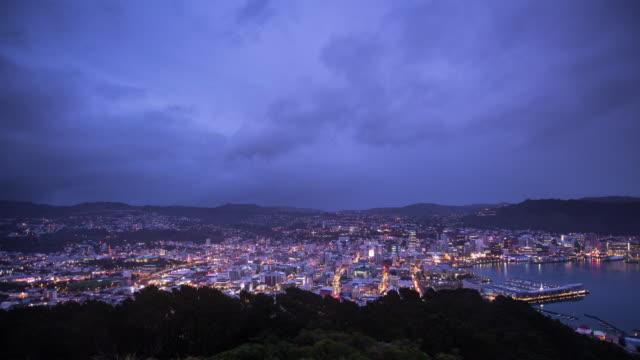 vídeos de stock, filmes e b-roll de noite de exibição de dia de wellington do monte victoria - lapso de tempo - time lapse da noite para o dia