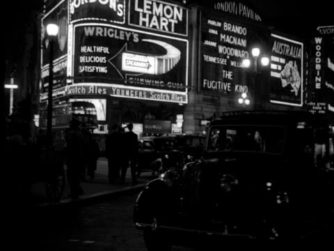 vídeos y material grabado en eventos de stock de night tracking shot backwards from the top of a car along shaftesbury avenue round the neon billboards of piccadilly cirucs then along picadilly... - soho londres