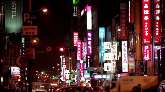 Nacht Verkehr und Menge Menschen in Taipei, Taiwan