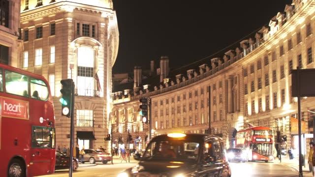 ロンドンのリージェント ・ ストリートで夜のトラフィック - シティ・オブ・ウェストミンスター点の映像素材/bロール