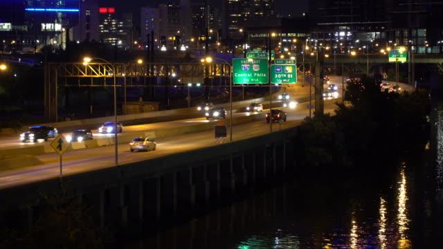 night traffic in philadelphia, pa - philadelphia pennsylvania stock-videos und b-roll-filmmaterial