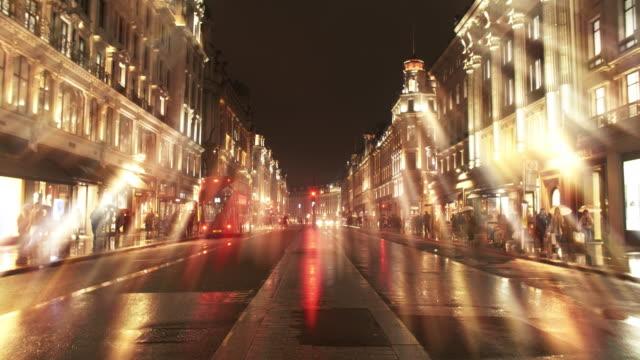 Nachtverkehr in der regnerischen Regent Street in London